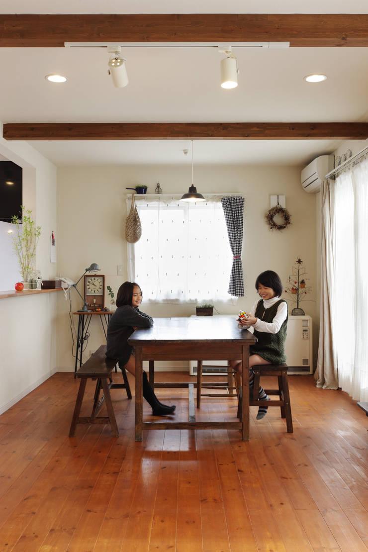 エントランスハウスシックな家: 有限会社タクト設計事務所が手掛けたダイニングです。