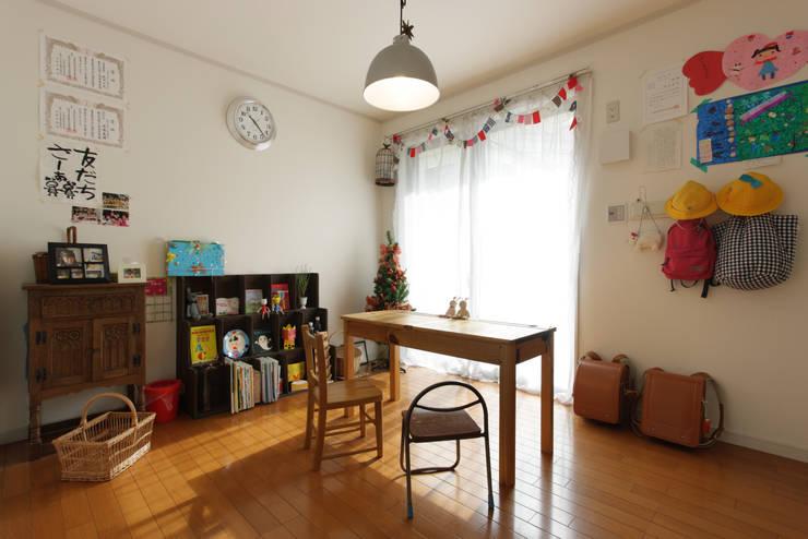 エントランスハウスシックな家: 有限会社タクト設計事務所が手掛けた子供部屋です。,モダン