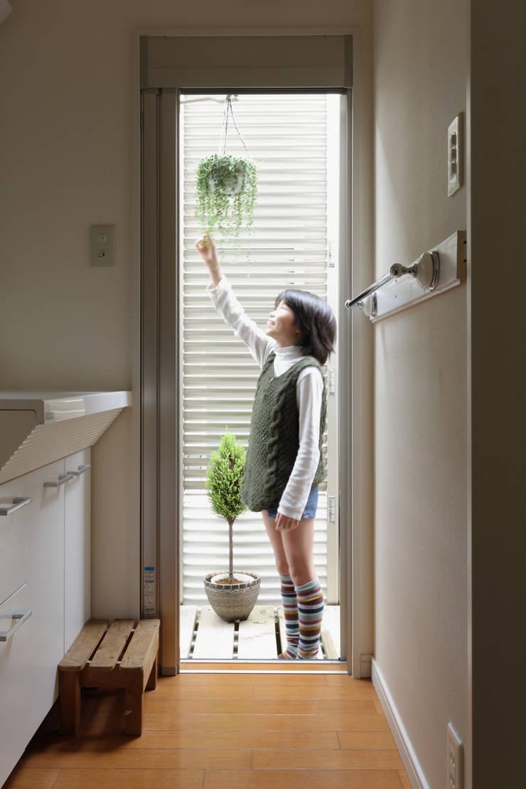 エントランスハウスシックな家: 有限会社タクト設計事務所が手掛けた浴室です。