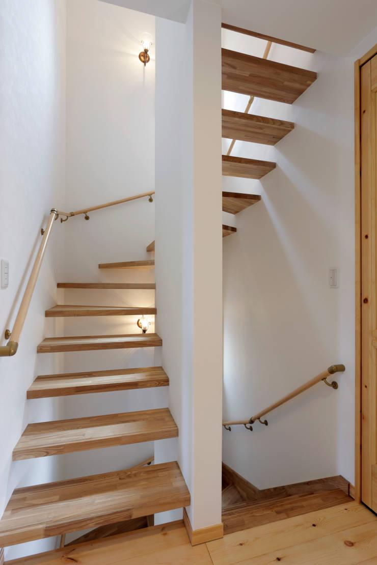 見せたがらない家: 有限会社タクト設計事務所が手掛けた廊下 & 玄関です。