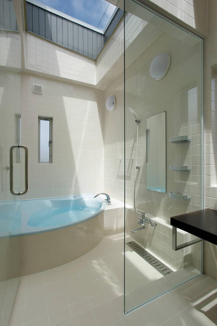 見せたがらない家: 有限会社タクト設計事務所が手掛けた浴室です。