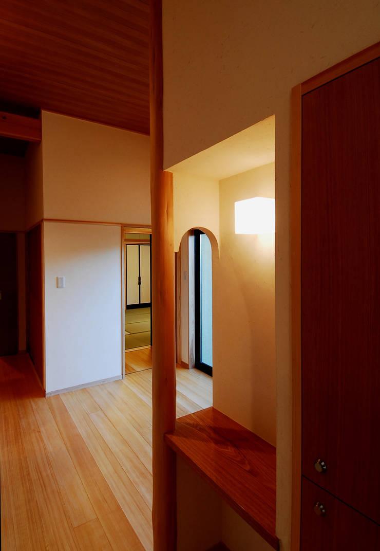 温品の家: エルイーオー設計室が手掛けた玄関&廊下&階段です。