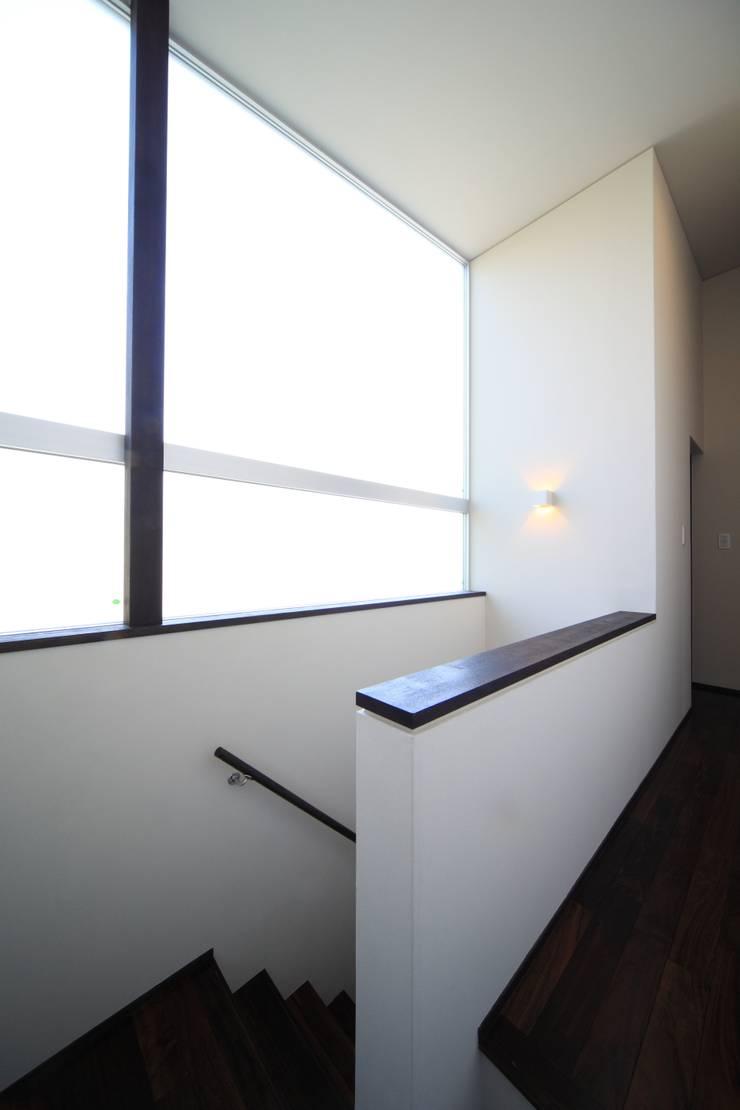 階段室(2階): MA設計室が手掛けた廊下 & 玄関です。