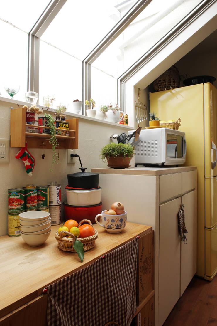 エントランスハウスシックな家: 有限会社タクト設計事務所が手掛けたキッチンです。