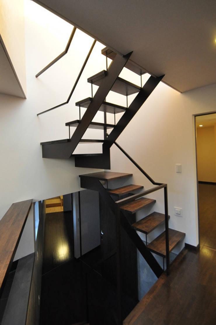 親世帯: 清正崇建築設計スタジオが手掛けた廊下 & 玄関です。