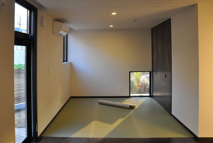 親世帯: 清正崇建築設計スタジオが手掛けた寝室です。