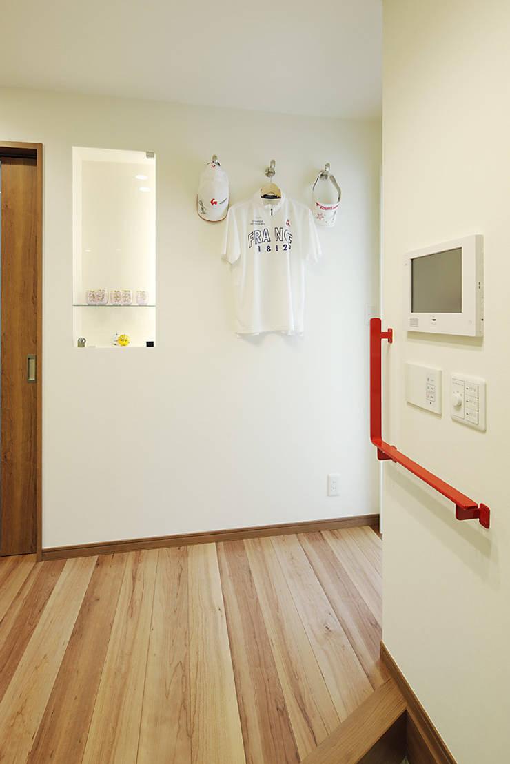 3と4のある家: 有限会社タクト設計事務所が手掛けた廊下 & 玄関です。