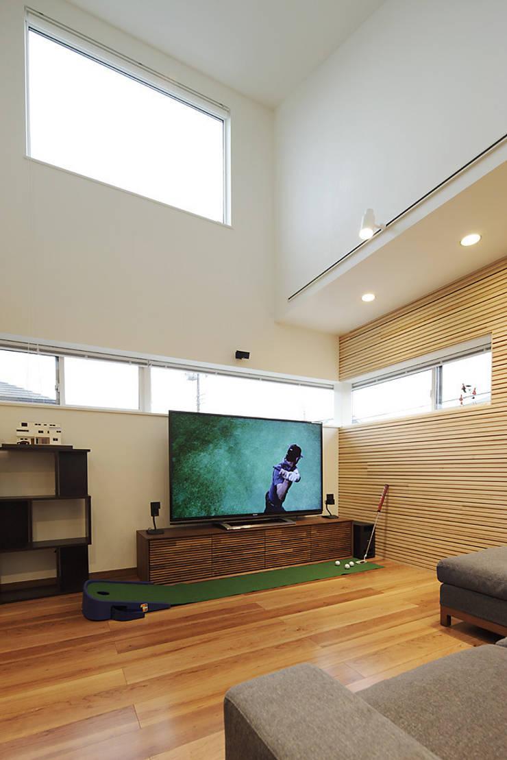 3と4のある家: 有限会社タクト設計事務所が手掛けたリビングです。