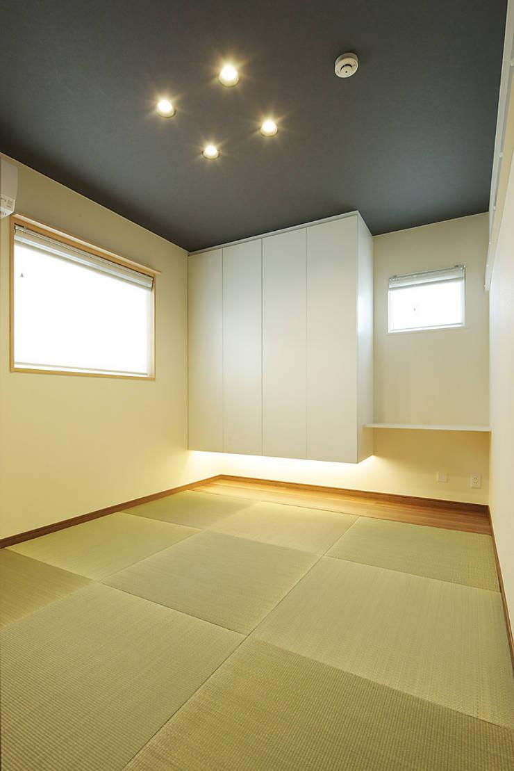 3と4のある家: 有限会社タクト設計事務所が手掛けた寝室です。