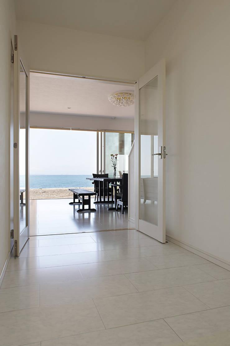 プロバンス風住宅: 有限会社タクト設計事務所が手掛けた廊下 & 玄関です。,地中海
