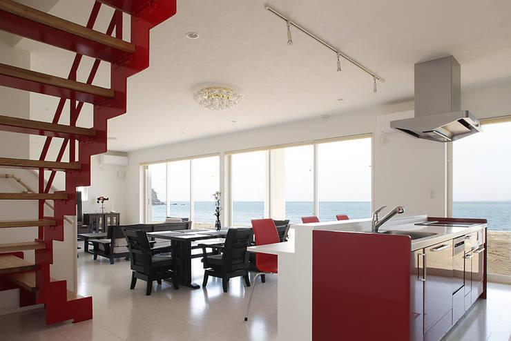 プロバンス風住宅: 有限会社タクト設計事務所が手掛けたダイニングです。