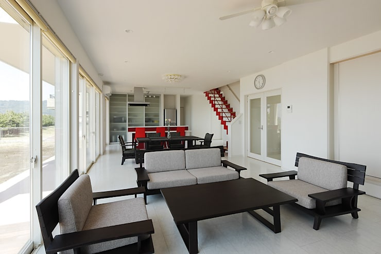 プロバンス風住宅: 有限会社タクト設計事務所が手掛けたリビングです。,モダン
