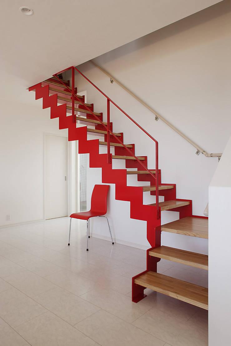プロバンス風住宅: 有限会社タクト設計事務所が手掛けた廊下 & 玄関です。,モダン