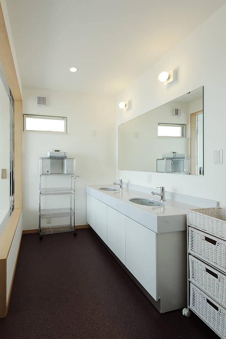 プロバンス風住宅: 有限会社タクト設計事務所が手掛けた浴室です。,モダン
