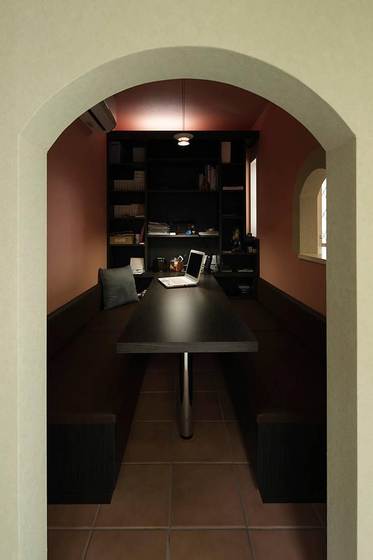 プロバンス風住宅(富津): 有限会社タクト設計事務所が手掛けた書斎です。