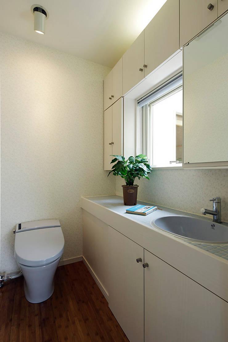 プロバンス風住宅(富津): 有限会社タクト設計事務所が手掛けた浴室です。
