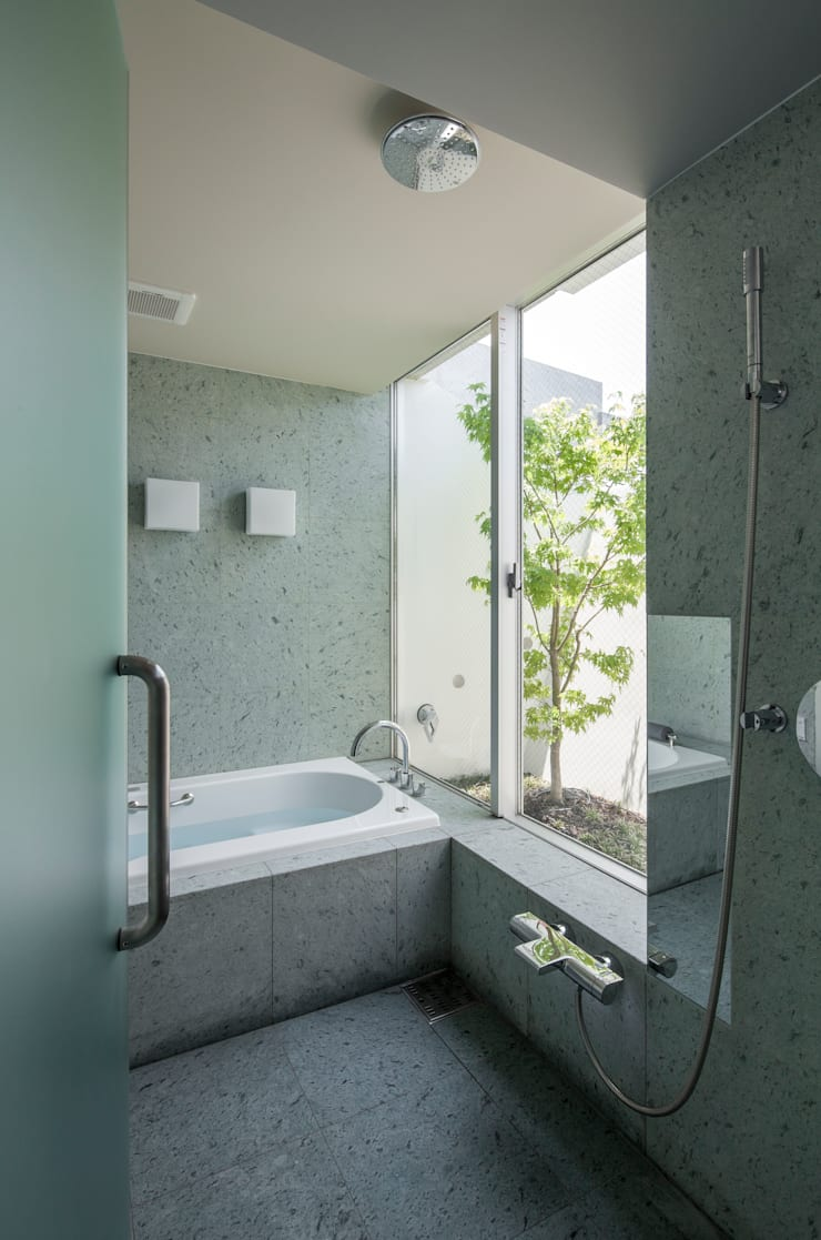 庭とともに時を刻む家 Garden on Garden: A-SEED ASSOCIATESが手掛けた浴室です。,