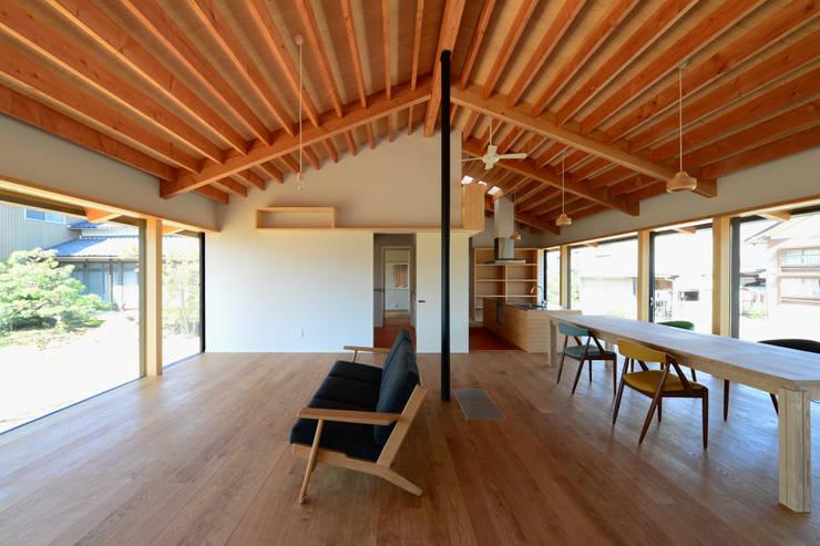 「林の中に住む。」: 丸山晴之建築事務所が手掛けたリビングです。