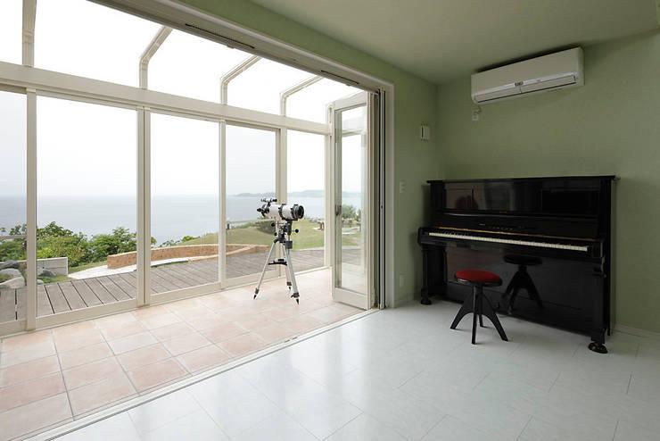 プロバンス風住宅(富津): 有限会社タクト設計事務所が手掛けたリビングです。