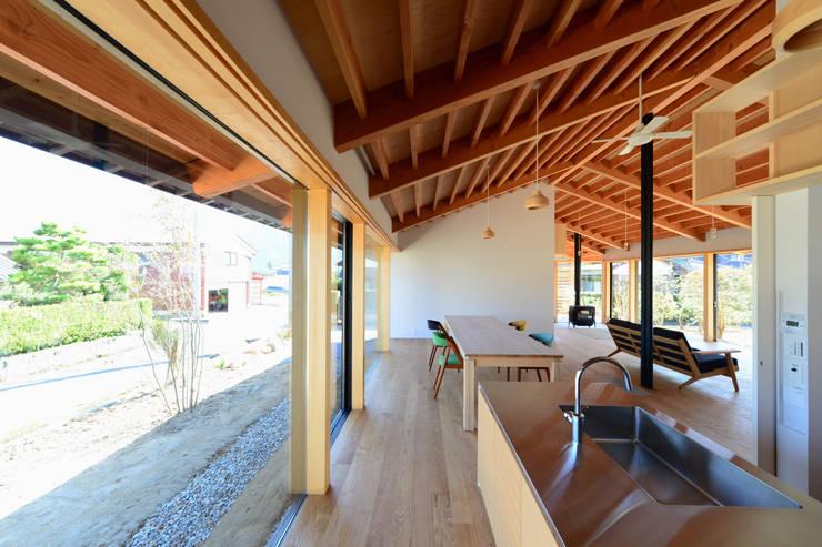 「林の中に住む。」: 丸山晴之建築事務所が手掛けたキッチンです。