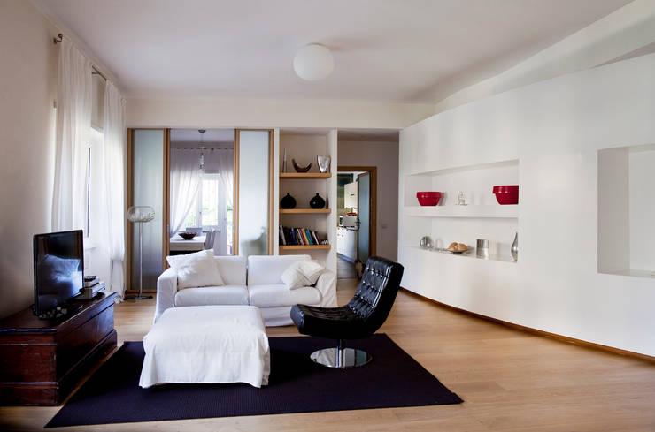 Casa T: Soggiorno in stile  di MAT architettura e design