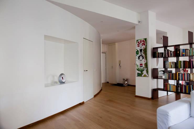 Casa T: Soggiorno in stile in stile Moderno di MAT architettura e design