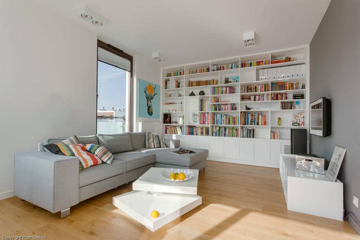 Nowoczesne, jasne mieszkanie z przeszkleniami: styl , w kategorii Salon zaprojektowany przez Le Pukka Concept Store