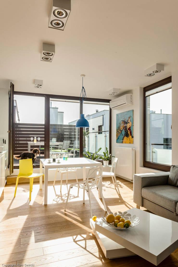 Nowoczesne, jasne mieszkanie z przeszkleniami: styl , w kategorii Jadalnia zaprojektowany przez Le Pukka Concept Store