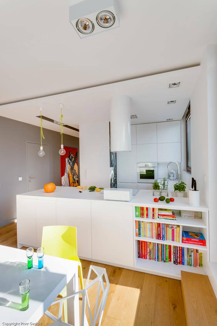 Nowoczesne, jasne mieszkanie z przeszkleniami: styl , w kategorii Kuchnia zaprojektowany przez Le Pukka Concept Store