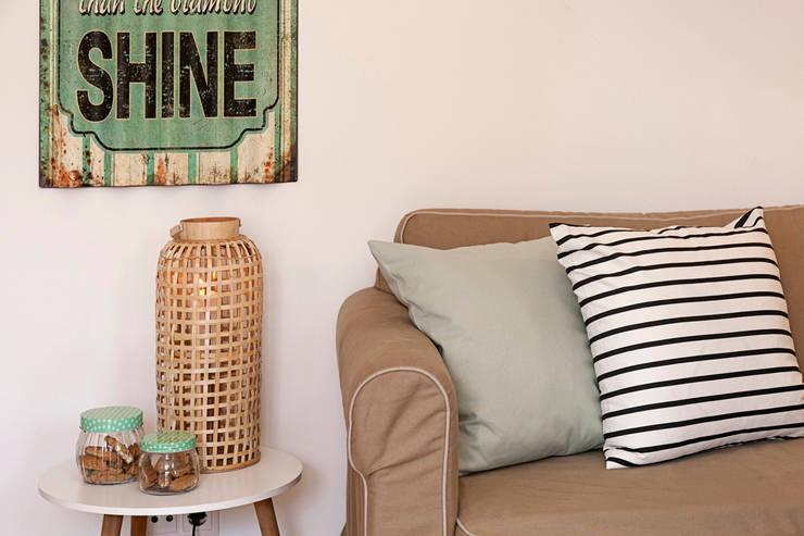 Sala – restyling para arrendamento turístico: Sala de estar  por Home Staging Factory