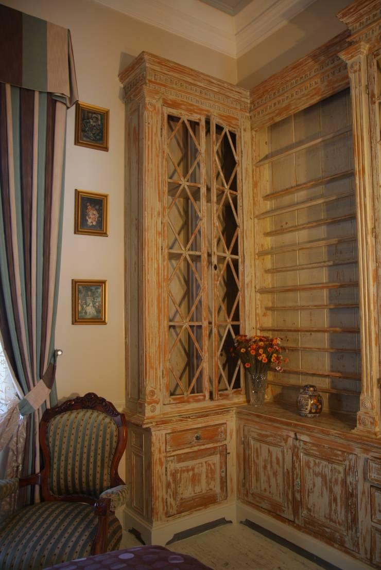 LOLA 38 Hotel – Suite Bedroom: klasik tarz tarz Yatak Odası