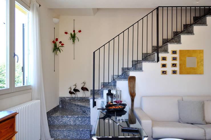 scale: Ingresso & Corridoio in stile  di Valtorta srl