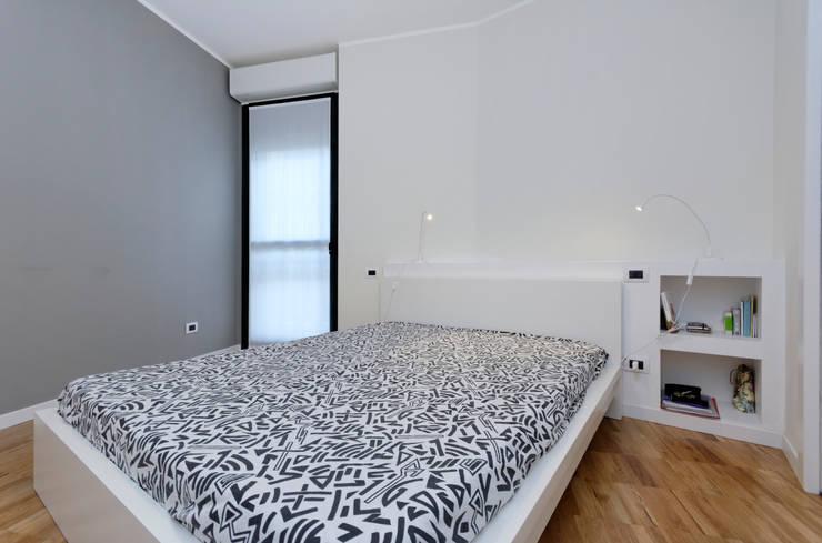 CAMERA DA LETTO: Camera da letto in stile in stile Moderno di ROBERTA DANISI ARCHITETTO