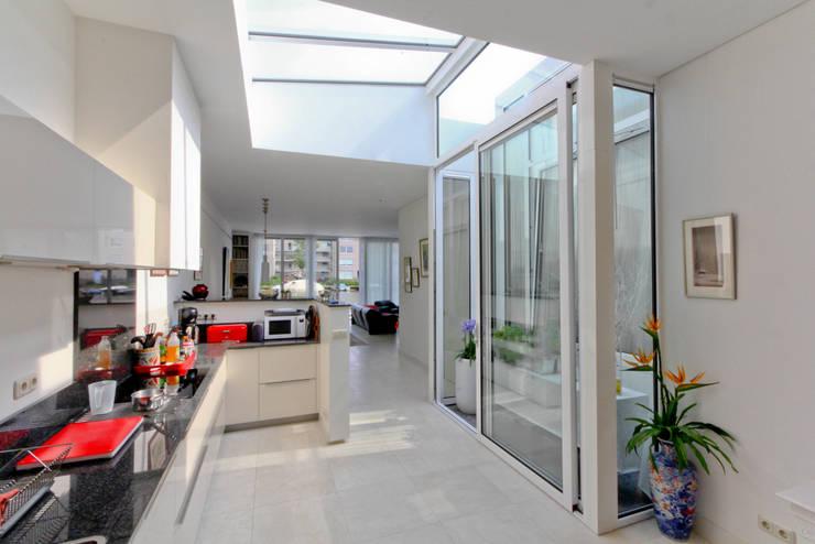 De keuken met glasdak:  Keuken door OX architecten
