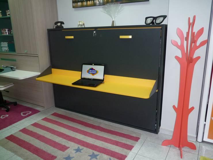 Cama abatible matrimonio con mesa de estudio: Dormitorios de estilo  de Muebles Mariano