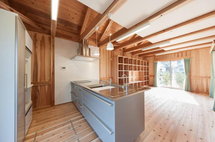 石井の住宅: 中飯賀業建築研究所が手掛けたキッチンです。