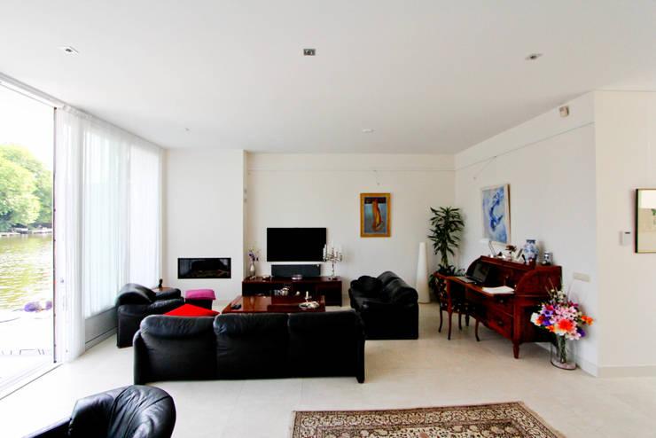 De woonkamer kijkt uit over de Rijn:  Woonkamer door OX architecten