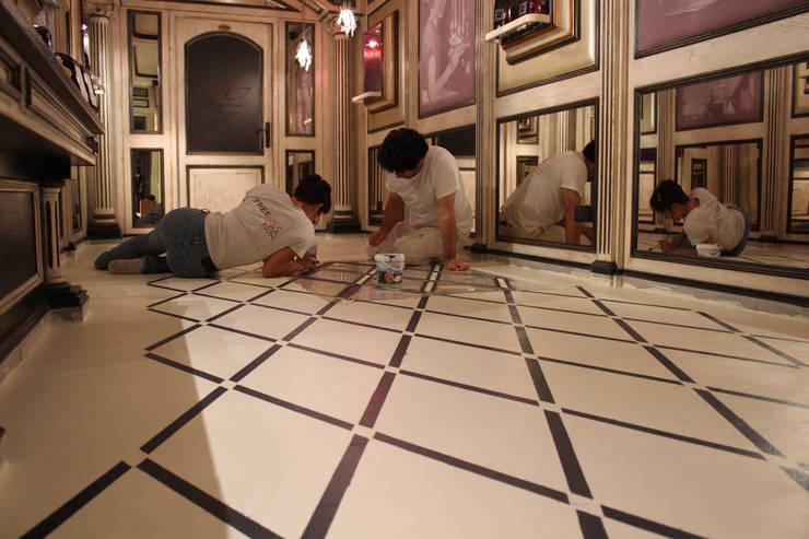 decorazione per un pavimento ligneo in un contesto commerciale: Pareti & Pavimenti in stile in stile Classico di Freedeko