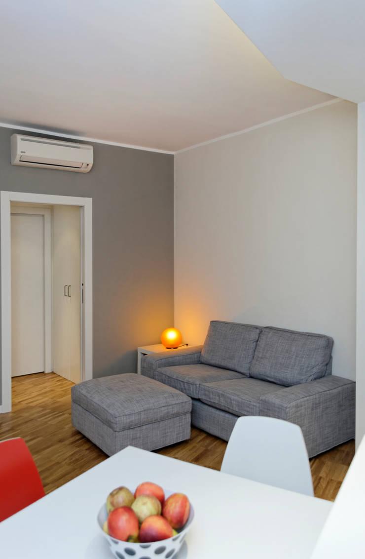 现代客厅設計點子、靈感 & 圖片 根據 ROBERTA DANISI ARCHITETTO 現代風