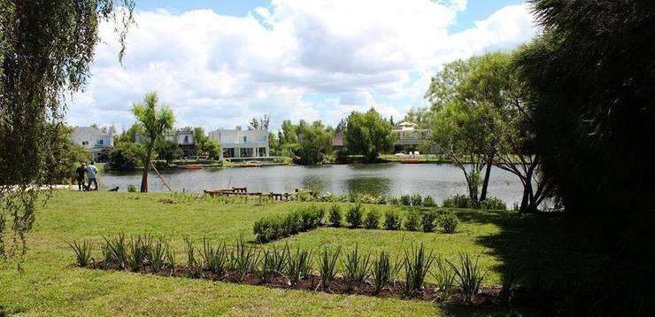 al agua: Jardines de estilo  por BAIRES GREEN