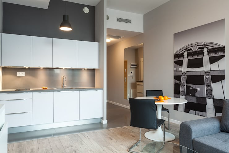 Salon z aneksem kuchennym i kącikiem jadalnianym: styl , w kategorii Kuchnia zaprojektowany przez KODO projekty i realizacje wnętrz