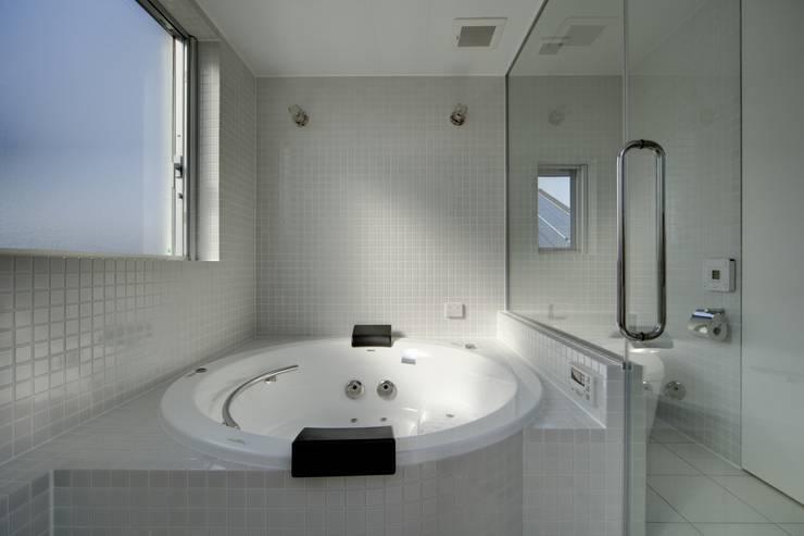 光庭の家: 株式会社FAR EAST [ファーイースト]が手掛けた浴室です。,モダン