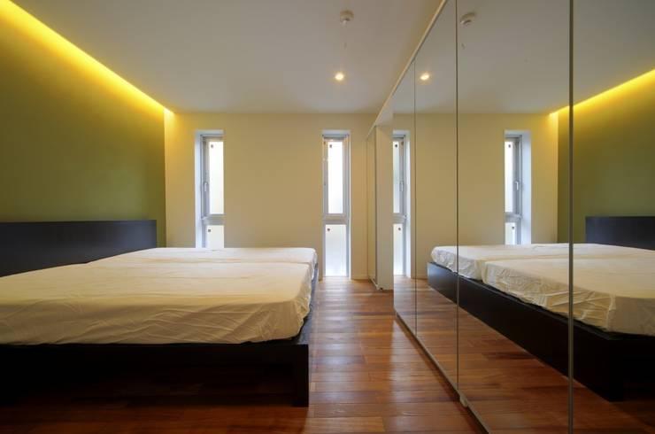 光庭の家: 株式会社FAR EAST [ファーイースト]が手掛けた寝室です。