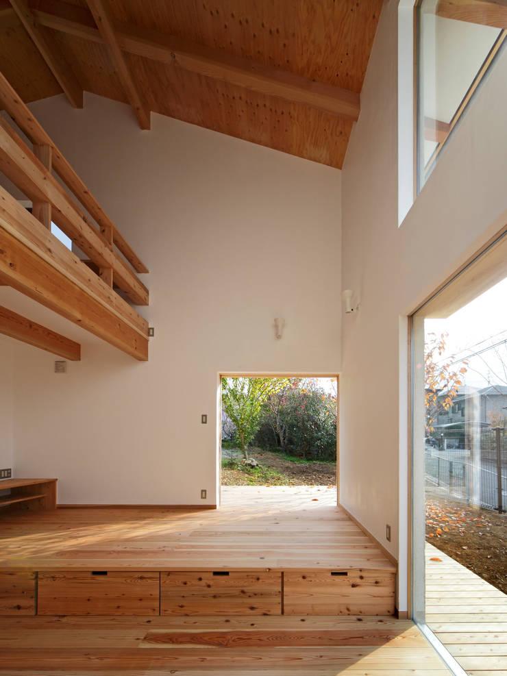 丘リビングの家: 一級建築士事務所 ノセ設計室が手掛けた窓です。