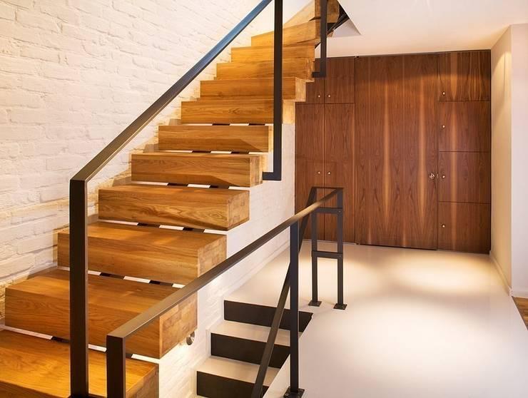 Pasillos y vestíbulos de estilo  por KODO projekty i realizacje wnętrz