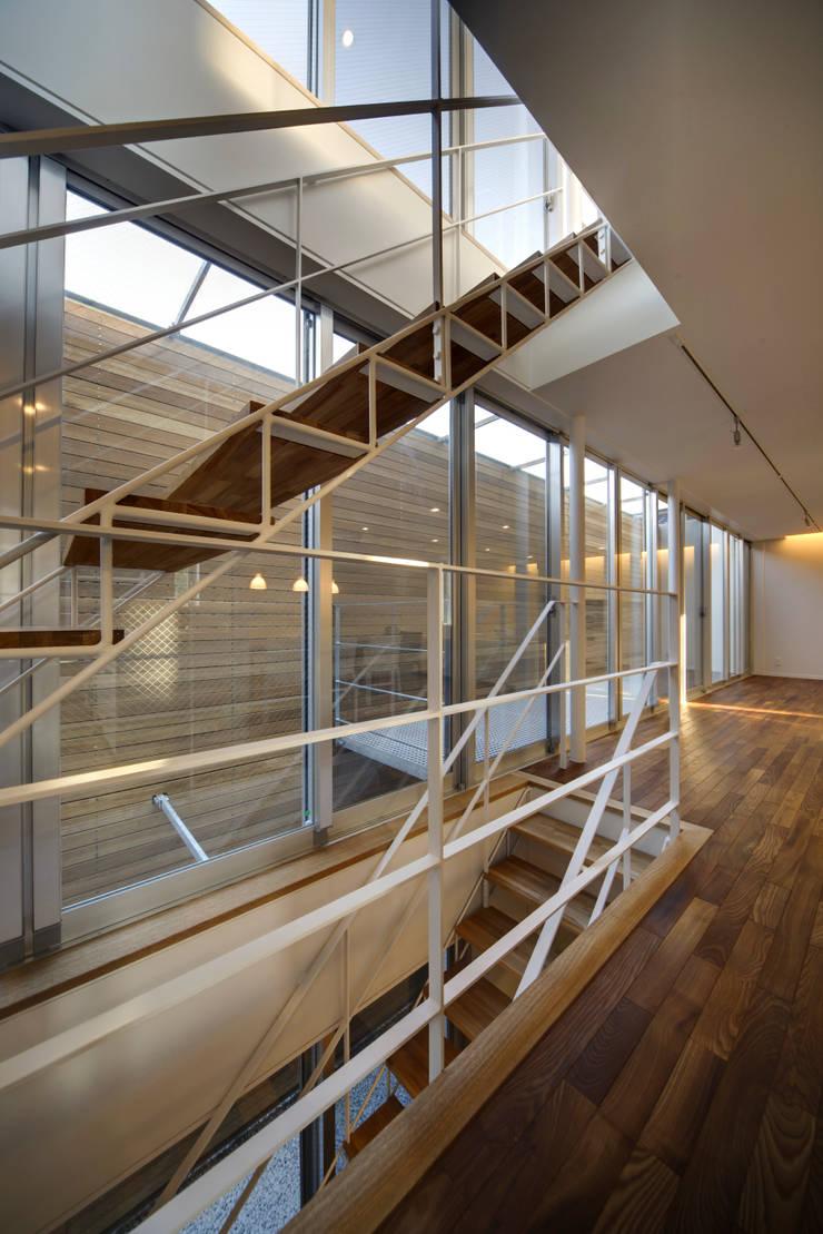光庭の家: 株式会社FAR EAST [ファーイースト]が手掛けた廊下 & 玄関です。,モダン