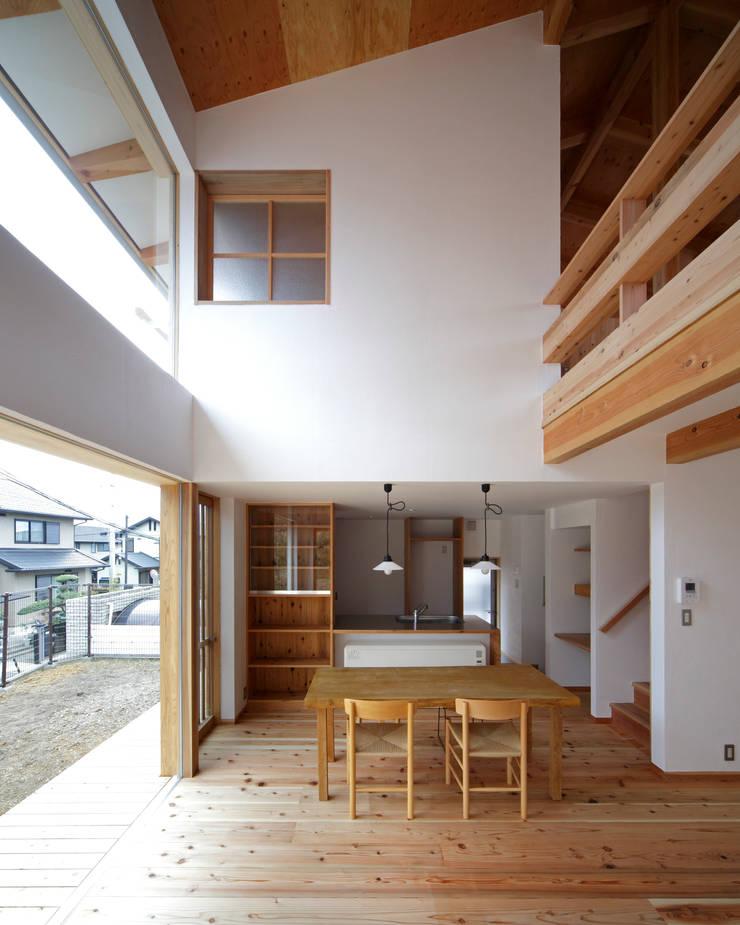 丘リビングの家: 一級建築士事務所 ノセ設計室が手掛けたダイニングです。