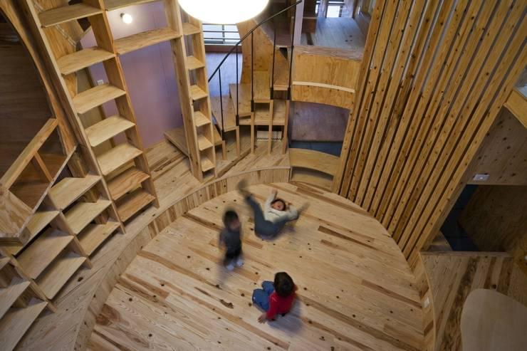 居間 '本丸': 一級建築士事務所 東島鋭建築設計工房が手掛けたリビングです。,オリジナル