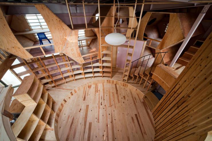 リビング '本丸': 一級建築士事務所 東島鋭建築設計工房が手掛けたリビングです。