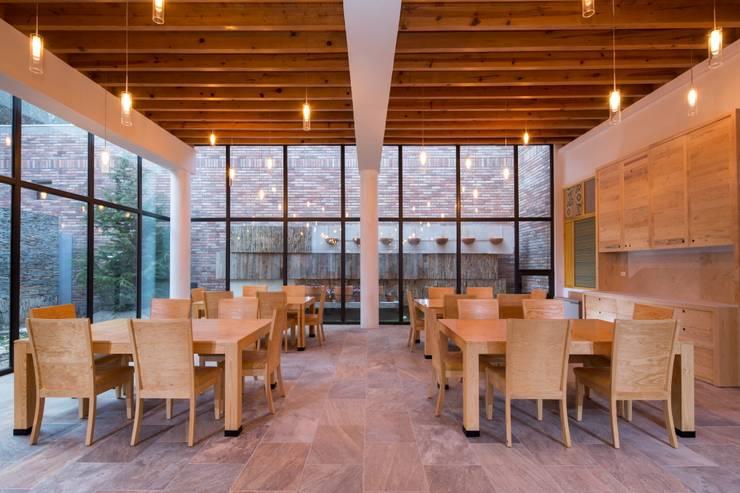 Casa Espiritual: Comedores de estilo moderno por PLADIS